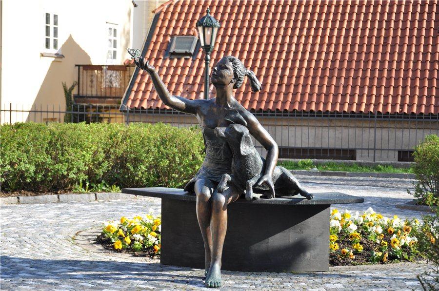 Памятник Праги девушка и собака