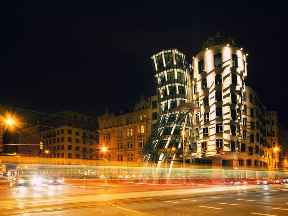 Танцующий дом в Праге вечер